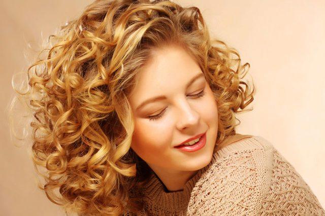 astuces cheveux frisés