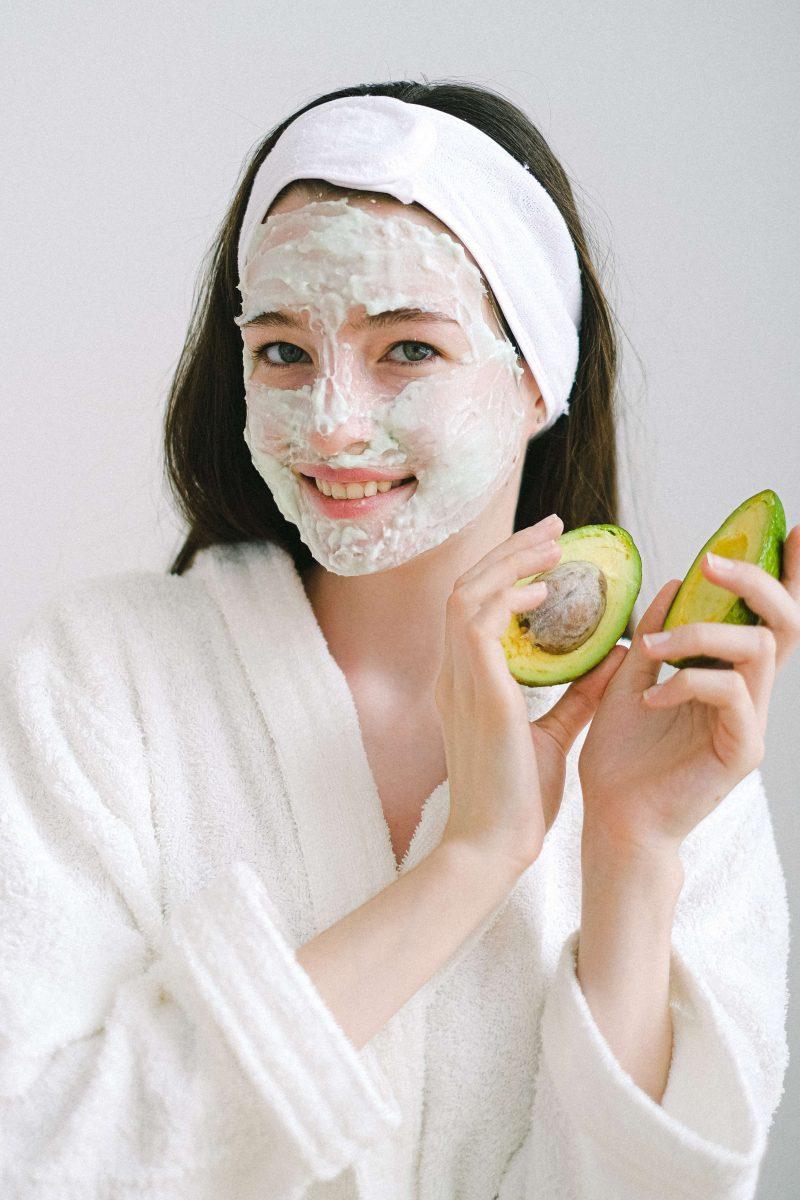 Femme utilisant un masque naturel à l'avocat