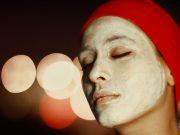 pose d'un masque pour une femme